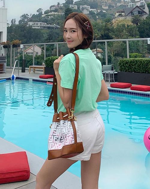 Một chiếc túi bucket khác từ Fendi cũng