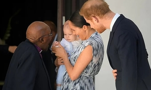 Vợ chồng Hoàng tử Harry lần đầu khoe con trai