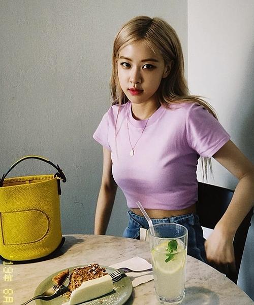 Cách đây không lâu, Rosé cũng lăng xê kiểu túi bucket quai ngắn với tông màu vàng nổi bật, trẻ trung giá 1.465 USD, hơn 34 triệu đồng của nhãn hàng thời trang Delvaux.