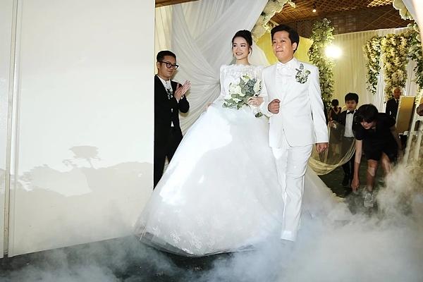 Ngày 25/9/2018, hôn lễ của Trường Giang - Nhã Phương diễn ra. Trong ngày cưới, Nhã Phương diện đầm trắng cổ điển, Trường Giang bảnh bao với bộ suit tone trắng đồng điệu. Hôn lễ của cả hai có sự chứng kiến của đông đảo người thân, bạn bè, đồng nghiệp.