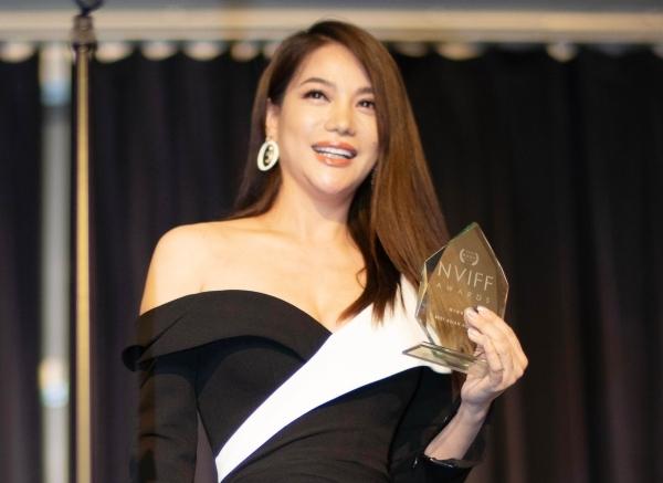 Trương Ngọc Ánh nhận giải thưởng về diễn xuất.