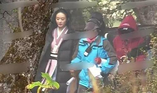 Trong một số ảnh chụp lén hậu trường trước đó, Triệu Lệ Dĩnh còn bị chê bụng kém thon gọn do vội vã trở lại đóng phim sau khi sinh con 6 tháng.