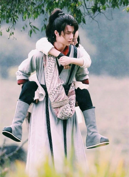 Lộ rõ cách biệt tuổi tác bên cạnh Trương Tuệ Văn, nhiều khán giả lo lắng Triệu Lệ Dĩnh bị gọi là bà chị già khi đóng cặp với bạn diễn Vương Nhất Bác kém đến 10 tuổi.