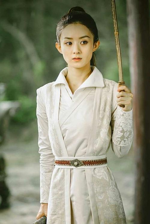 Cũng đồ trắng, cột tóc cao nhưng tạo hình giả trai của Triệu Lệ Dĩnh trong Sở Kiều truyện khá giống