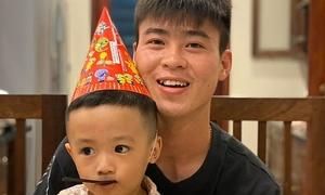 Con trai Văn Quyết tặng quà cho Duy Mạnh rồi... 'đòi lại'