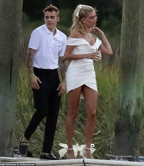 Khác với phong cách xuề xòa thường ngày, Justin Bieber nay đã chịu diện sơ mi trắng, quần âu chỉnh tề. Hình ảnh anh chàng sánh bước bên vị hôn thê khiến nhiều fan xúc động.