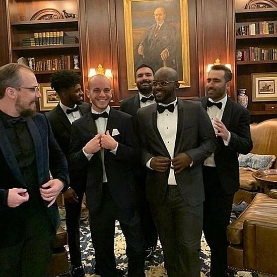 Khách mời nam đều diện vest thắt nơ áo lịch sự.