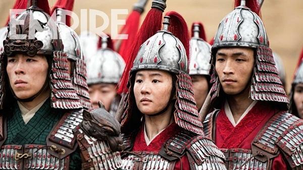Lưu Diệc Phi và An Hữu Sâm cùng mặc áo đỏ trong cảnh quay ở doanh trại. Ảnh: Empire.