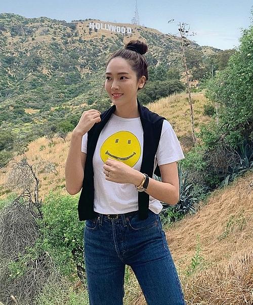 Jessica là một tín đồ quen thuộc của phong cách sử dụng áo len làm khăn choàng khi khoác hờ áo qua vai. Với áo thun, quần jeans quen thuộc nhưng cùng phụ kiện áo len kèm thêm, cô nàng đã biến set đồ mới lạ và độc đáo hơn.