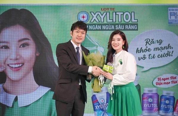 Ông Yamada Akihiro tặng hoa cho đại sứ thương hiệu - Hoàng Yến Chibi.
