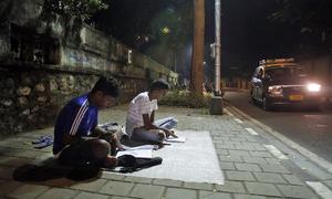 Những lớp học đêm trên vỉa hè Ấn Độ