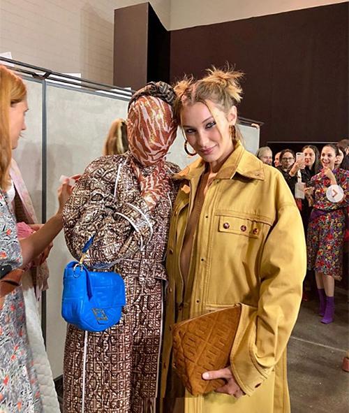 Một tín đồ thời trang đến tham dự show của Fendi ở Paris Fashion Week với bộ bodysuit không nhìn thấy mặt.