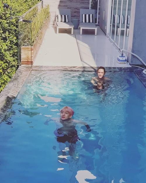 Baek Hyun (tóc hồng) khiến fan hú hét khi đăng ảnh đi bơi cùng Lucas. Cả hai đang cùng hoạt động trong nhóm SuperM.