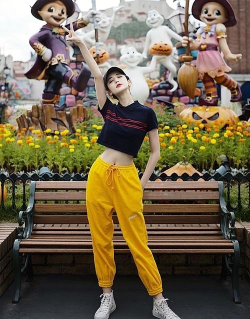 Cổ Lực Na Trát gây trầm trồ khi khoe vòng eo thon nhỏ và vóc dáng chai Coca trong chuyến đi chơi công viên. Cô nàng nổi tiếng có thân hình đẹp với chiều cao 1,72m.