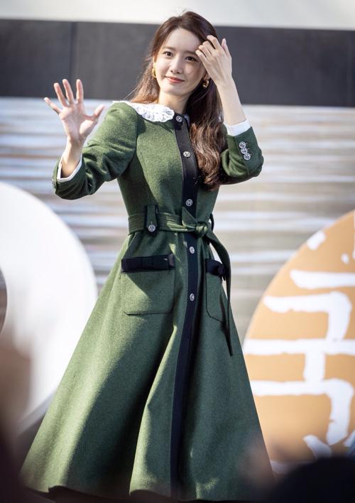 Yoona hóa thành cô tiểu thư cổ điển với Loden Coat giá 4.200 USD (hơn 97.5 triệu đồng) của nhà mốt Miu Miu