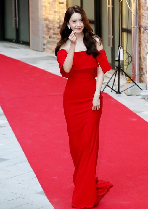 Trên thảm đỏ Buil Film Awards 2019, Yoona tiếp tục là tâm điểm chú ý khi khoác bộ váy đỏ trị giá 2.100 USD (hơn 48.7 triệu đồng) của Alex Perry
