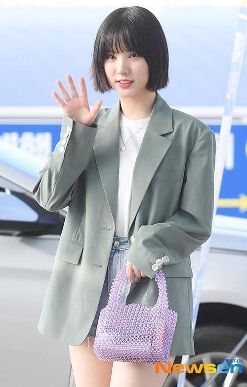 Eun Ha diện blazer rộng hơn người một size theo kiểu giấu quần, giúp thân hình trông cao ráo hơn.