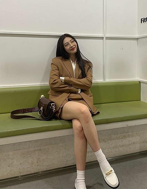 Muốn tạo hình ảnh cổ điển, Joy diện nguyên set blazer đi kèm chân váy xòe, kết hợp tất trắng cao đến cổ chân.