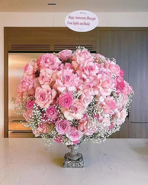 Trung Tín cũng gửi cho Thu Thảo bó hoa hồng trong ngày đặc biệt. Món quà được ký tên từ bố và con gái Sophie.
