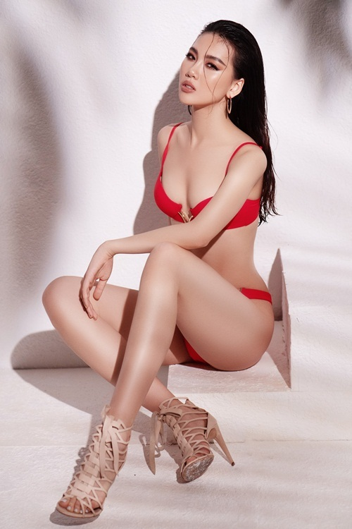 Mái tóc ướttạo sự hoang dại, phóng khoáng cho Quỳnh Hoa. Cô kết hợp bikini cùng sandals dây đan cao gót cùng bông tai kim loại.