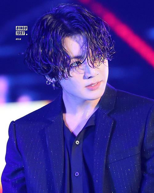 Jung Kook (BTS) gây sốt với mái tóc dài, kiểu mái 5:5 được uốn xoăn. Tạo hình này giúp ngôi sao trở nên nam tính, sexy hơn hẳn. Hình ảnh em út của BTS với mái tóc ướt từng nhiều lần gây bão trên các trang mạng xã hội.