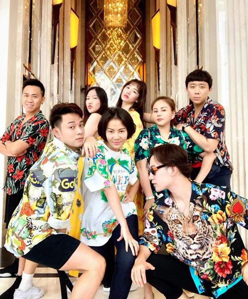 Hội bạn thân mới của Vbiz gồm Thu Minh, Trúc Nhân, Lê Giang, Trấn Thành, Hari Won... rủ nhau mặc đồ hoa hòe hoa sói nhí nhố trong chuyến đi Bangkok.