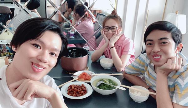 Quang Trung sang nhà vợ chồng Cris Phan - Mai Quỳnh Anh ăn cơm ké.