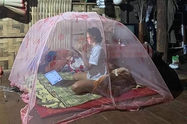 HHen Niê ngủ trong màn ở căn nhà gỗ buổi tối. Cô kể những lần về quê, cô chỉ mang theo vài bộ đồ ngủ. Thiếu đồ, cô sẽ lấy tạm quần, váy của mẹ mặc.