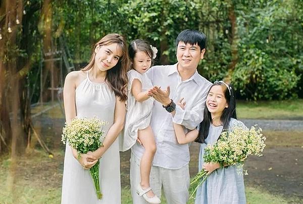 Mới đây, Lưu Hương Giang chia sẻ bộ hình hạnh phúc bên gia đình nhỏ. Cô cho biết bản thân hài lòng với những gì đang có.