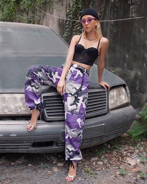 Đi theo phong cách Tây hiện đại nhưng Quỳnh Anh Shyn cũng chẳng ngại diện màu tím từ trang phục đến phụ kiện.