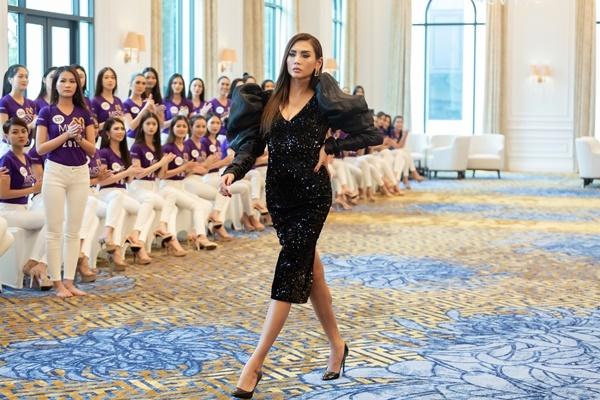 Võ Hoàng Yến dạy các thí sinh catwalk.