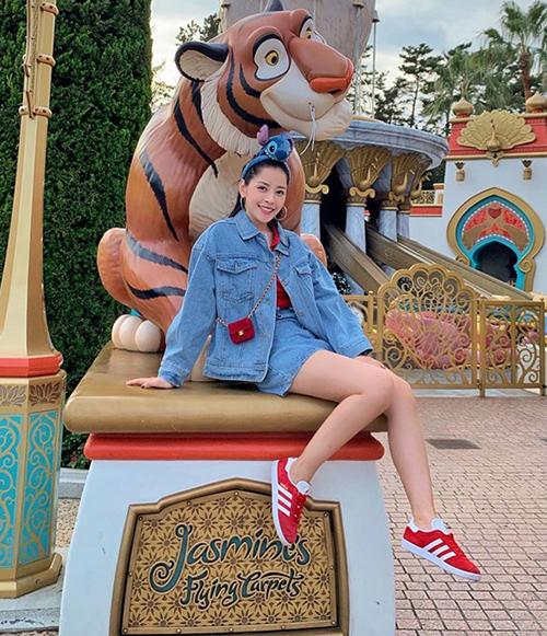 Chi Pu diện đồ nhí nhảnh đi tham quan công viên Disneysea ở Nhật Bản.