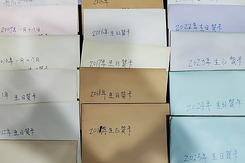 19 lá thư mừng sinh nhật của chồng quá cố được Chu chụp ảnh đăng lên Facebook. Ảnh: Bella Chu.