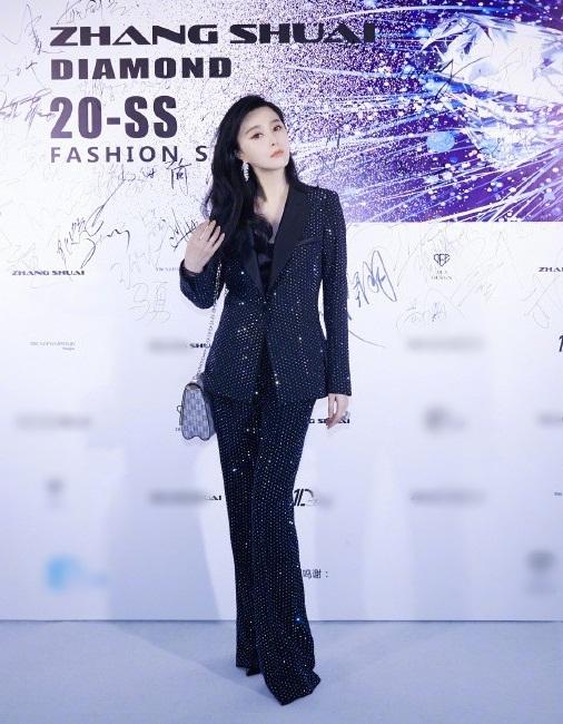 Tối 9/10, Phạm Băng Băng dự show thời trang của một nhà thiết kế thân thiết ở Trung Quốc. Cô diện vest đính hạt kim tuyến lấp lánh, khoe vẻ thanh lịch, diện mạo sắc sảo.