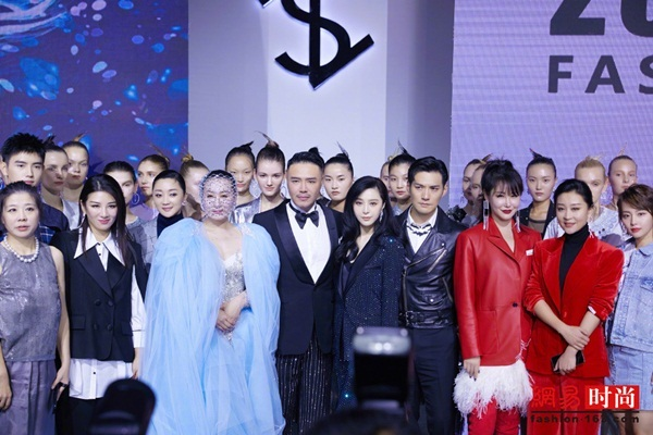 Khi chụp ảnh kỷ niệm khép lại chương trình, Phạm Băng Băng được đứng ở  vị trí center - ngay cạnh nhà thiết kế, thể hiện vị trí đặc biệt hơn hẳn các đồng  nghiệp khác.