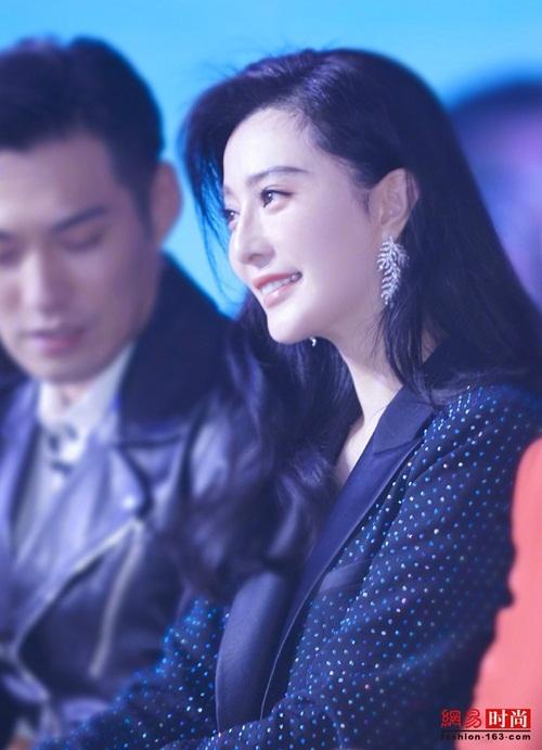 Thời gian gần đây, Phạm Băng Băng dần trở lại với các sự kiện của làng giải trí. Tuy không còn được o bế như trước, cô vẫn thu hút nhiều sự chú ý.