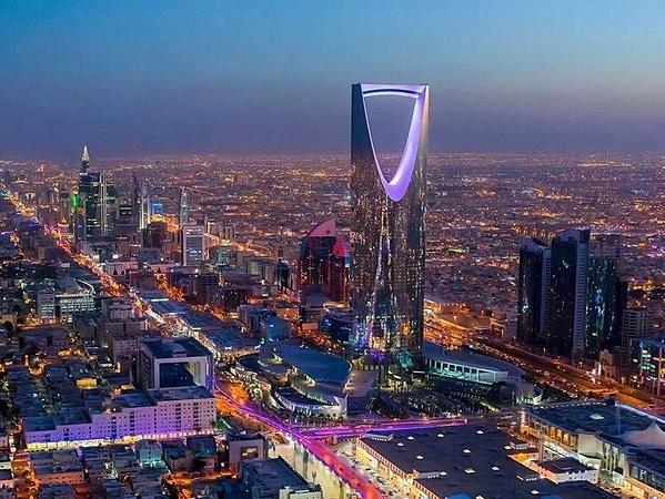 Nhiều tòa nhà ở Riyadh nhuộm tím, trong đó có Kingdom Centre, tòa nhà cao nhất Arab Saudi.