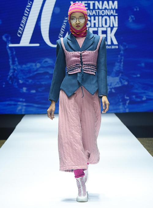 Vietnam International Fashion Week mùa thứ 10 còn giới thiệu bộ sưu tập của những nhà thiết kế trẻ tiềm năng đến từ Học viện thời trang London.