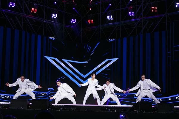 Mở đầu màn trình diễn, Vũ Cát Tường mang đến bản hit Stardom kèm vũ đạo điêu luyện.