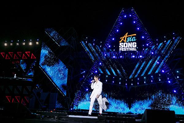 Asia Song Festival - Liên hoan ca khúc châu Á 2019 diễn ra tại sân vận động Ulsan, Hàn Quốc. Là đại diện Việt Nam duy nhất và lần thứ hai liên tiếp tham gia sự kiện lớn, Vũ Cát Tường nhận được nhiều sự chú ý từ truyền thông cũng như khán giả xứ kim chi.
