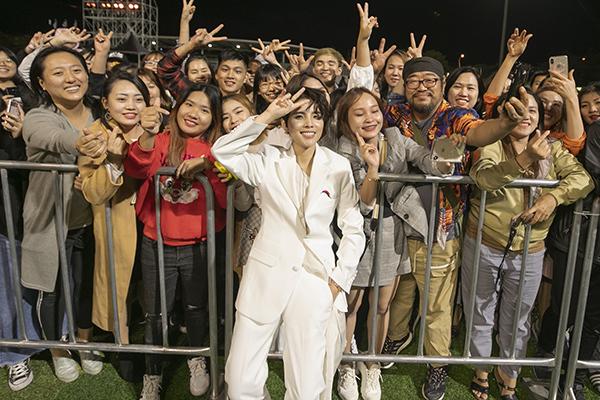 Sau khi diễn xong, Vũ Cát Tường đã dành thời gian để giao lưu, đáp lại tình cảm khán giả dành cho mình. Nữ ca sĩ nán lại đến khi chương trình kết thúc và quay lại sân khấu, đi một vòng chào, chụp ảnh với khán giả.