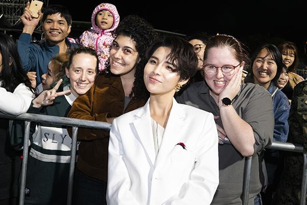 Không chỉ các bạn trẻ người Việt Nam đang sinh sống ở Hàn Quốc mua vé xem đêm nhạc mà còn có đông đảo khán giả quốc tế như Trung Quốc, Canada... đã ở lại để đợi chụp ảnh cùng nữ ca sĩ.