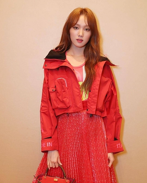 Lee Sung Kyung gần đây cũng diện áo khoác ngắn ngang eo đi dự show thời trang.