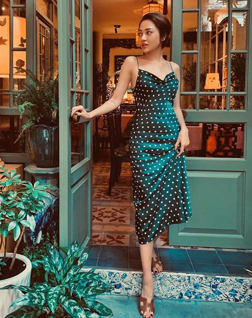 Bảo Anh khoe dáng mảnh mai với chiếc váy lụa chấm bi, kết hợp dép lê Hermes thoải mái nhưng vẫn sang chảnh.