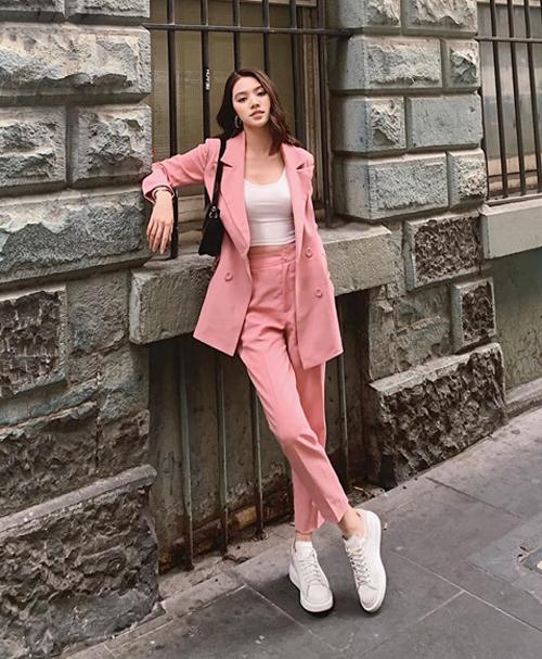 Diện suit tông hồng cùng sneakers, Jolie Nguyễn trông thanh lịch nhưng vẫn giữ được sự trẻ trung.