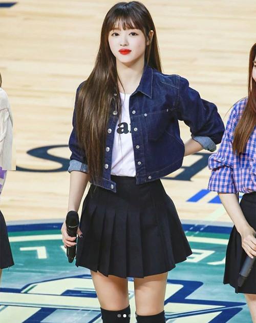 YooA (Oh My Girl) trông càng thêm đáng yêu, trẻ trung nhờ chiếc áo khoác denim ngắn ngang eo.