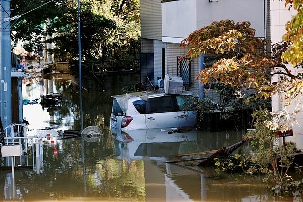 Một chiếc ô tô được nhìn thấy ngập một phần tại khu dân cư ngập lụt ở Kawasaki hôm 13/10 sau khi cơn bão Hagibis tấn công khu vực này. Xung quanh hầu như không có rác, túi nilon nào. Ảnh: Reuters.