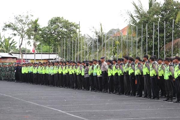 Lực lượng an ninh dày đặc được bố trí để đảm bảo an toàn trước giờ bóng lăn. Ảnh: Đức Đồng.