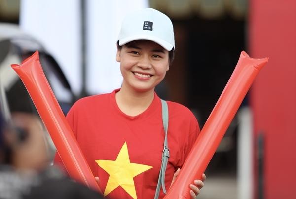 Dù thi đấu trên sân khách nhưng các chân sút tuyển Việt Nam vẫn nhận được sự cổ vũ trực tiếp. Cách hai tiếng trước khi bóng lăn, hàng trăm CĐV đã có mặt tại sân sớm ngoài SVĐ Kapten I Wayan Dipta (Bali). Họ hò reo khi các cầu thủ xuất hiện.