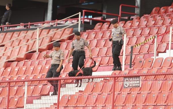 Cảnh sát dùng chó nghiệp vụ để khảo sát các khu vực khán đài trước giờ bóng lăn.